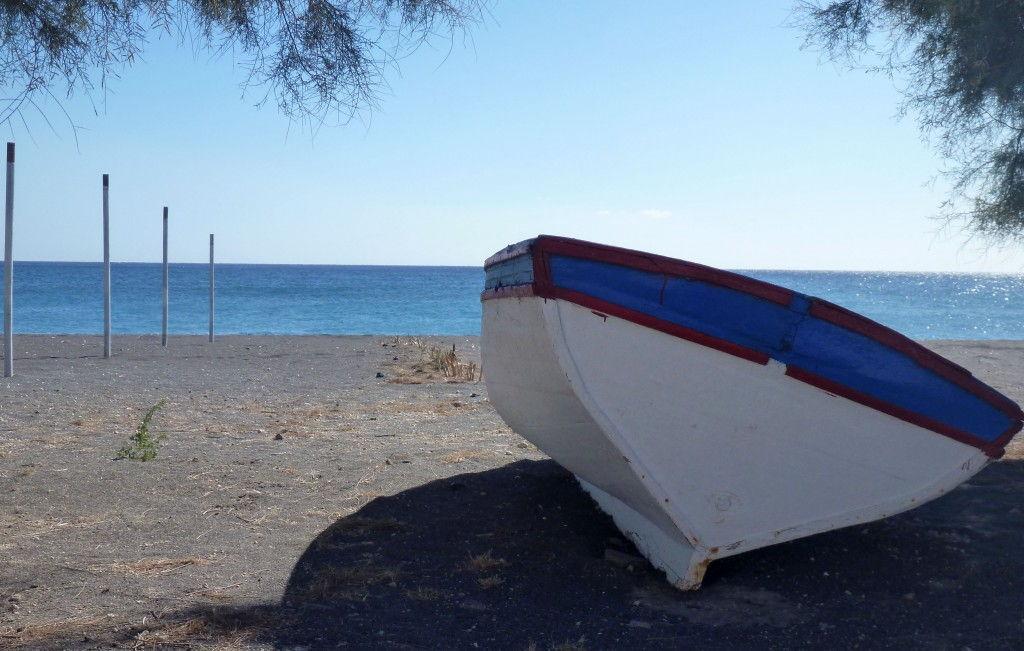 Boats Black beach #Santorini #Greece #VisitGreece @GingerandNutmeg