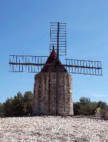 Windmill #Fontvieille #Provence #Alpilles @GingerandNutmeg
